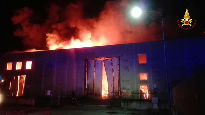 Incendi: fiamme distruggo capannone
