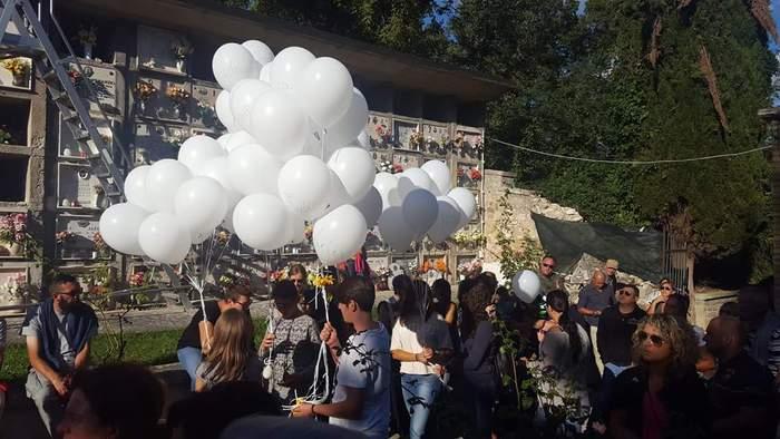 Palloncini in cielo per vittime Pescara