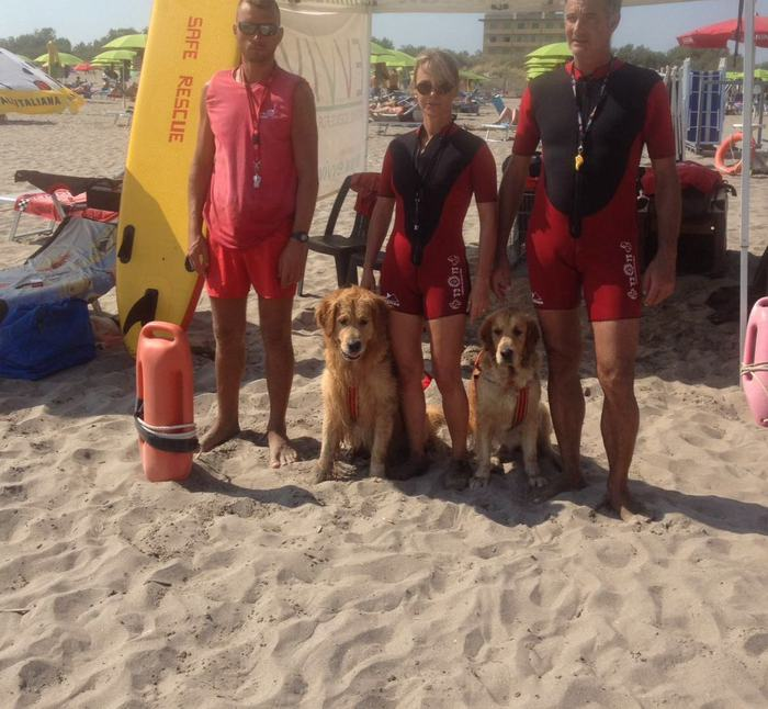 Cani bagnini salvano bimbo in mare