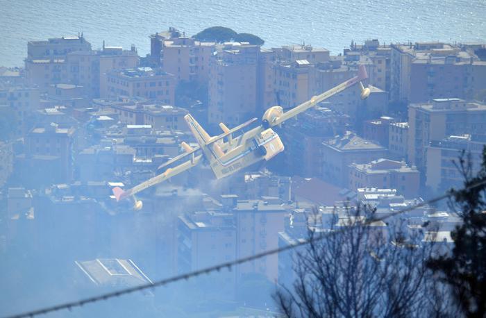 Fiamme sul monte Fasce a Genova,sfollati