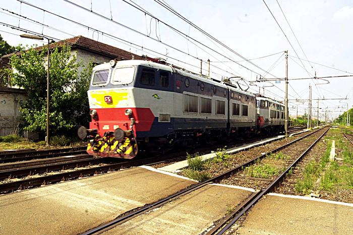 Vuole buttarsi sotto treno,salvato da Cc