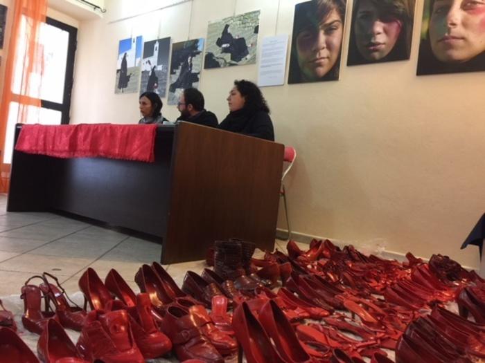 Scarpe rosse di Zapatos Rojos a Cagliari - Arte