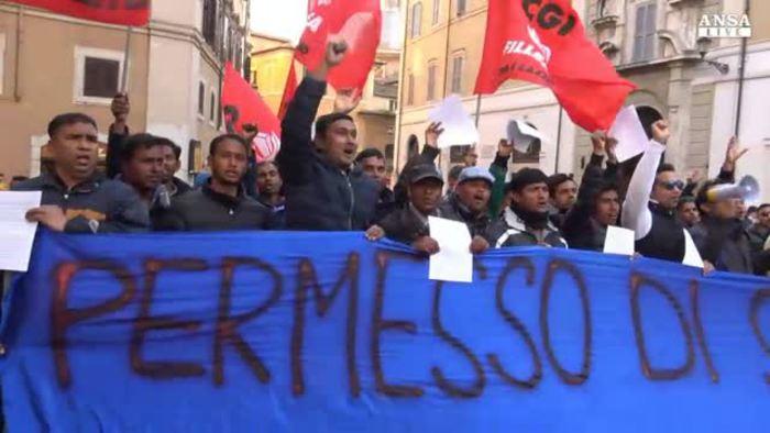 Immigrati davanti a montecitorio vogliamo il permesso di for Permesso di soggiorno english