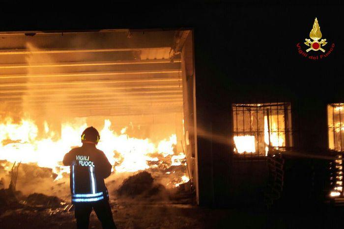 Incendio distrugge mobilificio veneto - Mobilificio in campania ...