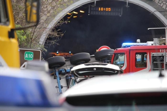 Tir travolge operai in autostrada a Savona, 2 morti e 9 feriti