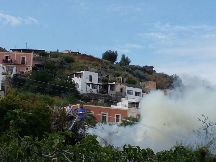 Incendio a Salina, fiamme lambiscono case$