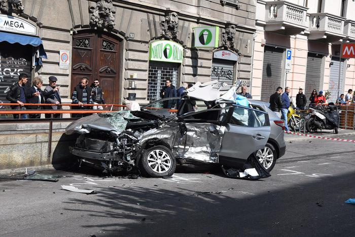 Schianto a Milano, l'investitore fugge, morto un 57enne