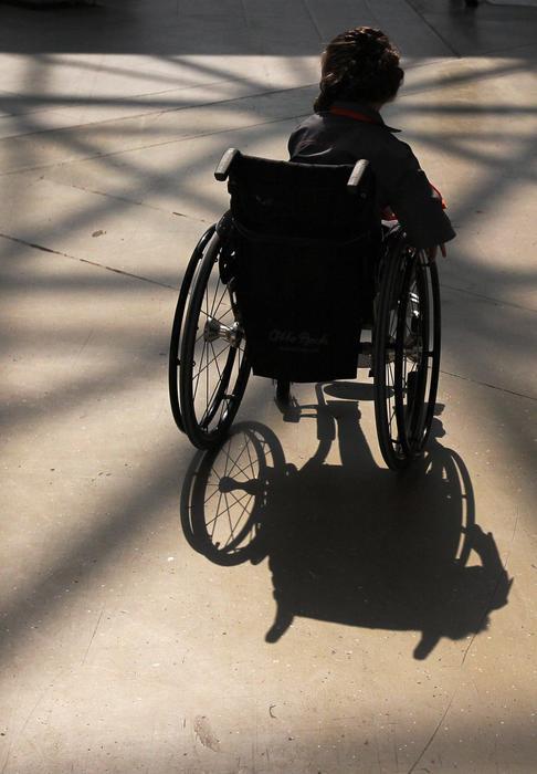 Un Bagaglio Di Notizie Disabile Su Sedia A Rotelle