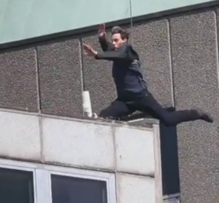 Sbaglia il salto, Tom Cruise rischia di farsi male - VIDEO
