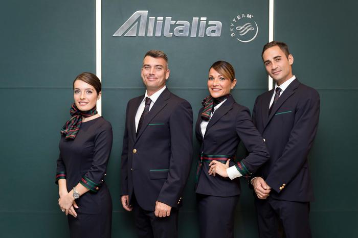 Hostess Per Guardaroba.Nuove Divise Per Hostess E Steward Alitalia Firmate Alberta
