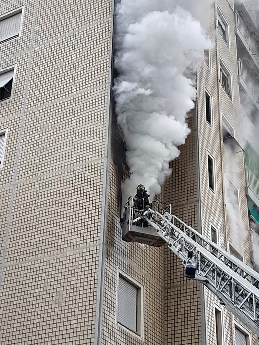 Brucia appartamento a milano evacuato palazzo di 14 piani for Palazzo a due piani