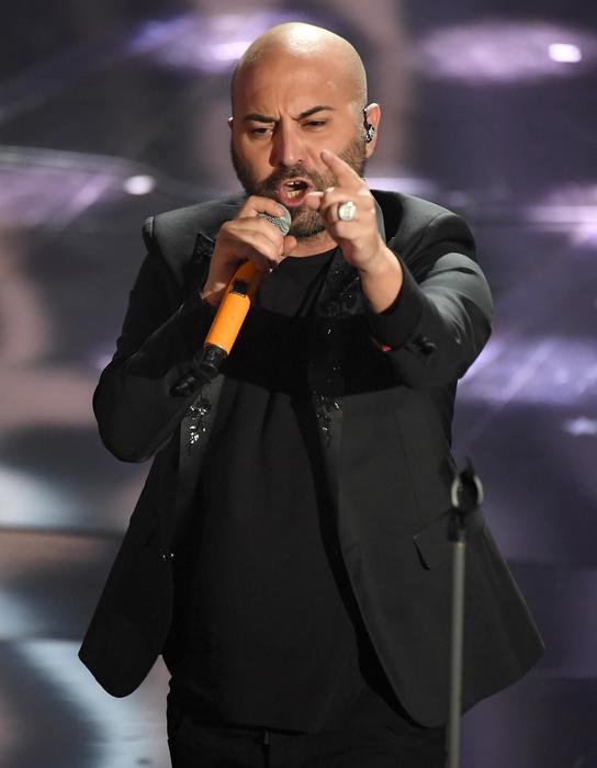 Sanremo, la gag comica della Raffaele e il superospite James Taylor