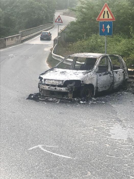 Trovato cadavere carbonizzato in auto