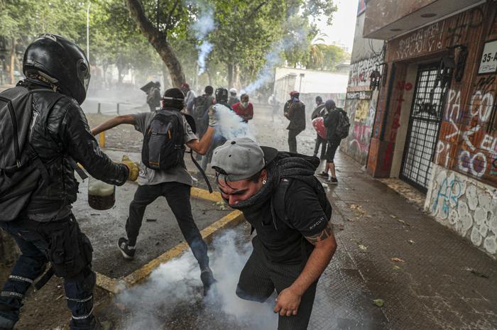 Cile:cortei nel Paese,scontri a Santiago