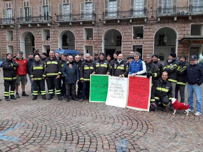 Edili e vigili fuoco in piazza a Torino - Agenzia ANSA