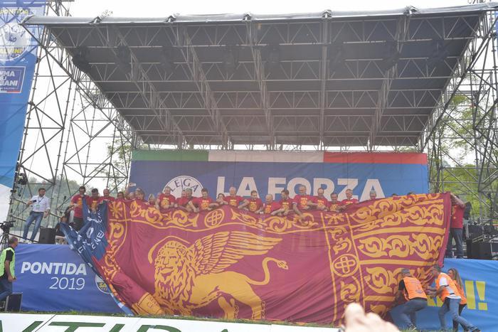 Bandiere leone Venezia in stadio Vicenza - Agenzia ANSA