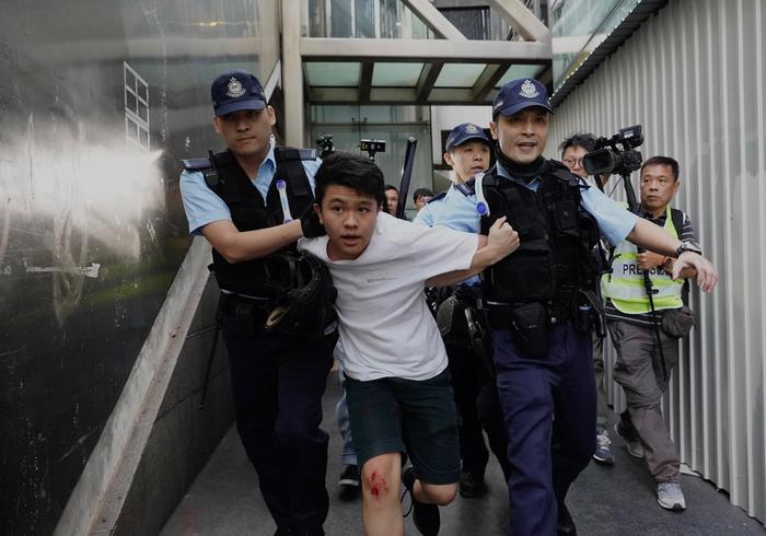 Nuovi scontri in serata a Hong Kong