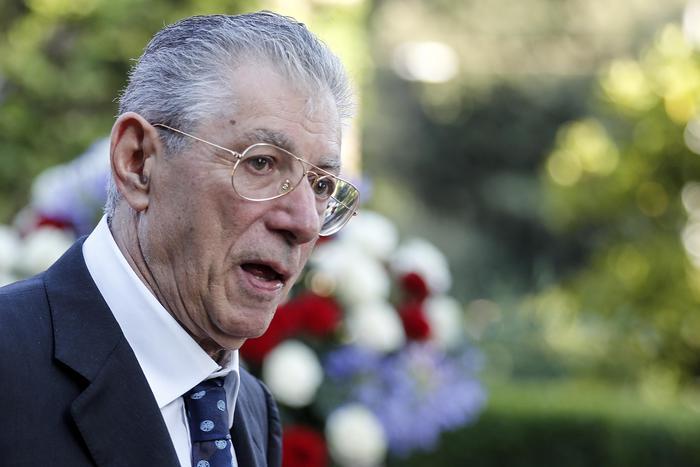 Umberto Bossi hospitalizado en reanimación con el helicóptero de rescate - Política