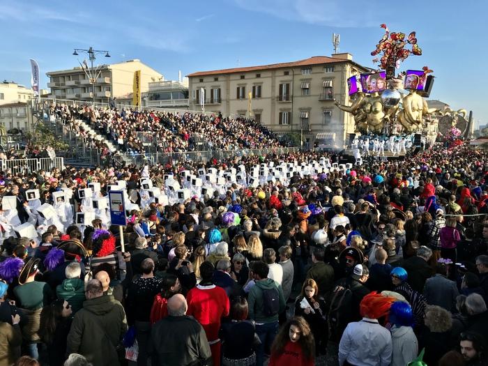 Calendario Carnevale Viareggio 2020.Carnevale Viareggio Sei Corsi Nel 2020 Toscana Ansa It