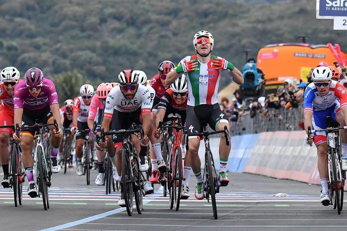 Giro: Viviani Declassato, Vince Gaviria