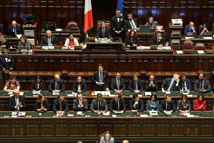 Politica / Governo, discorso di Conte e protesta delle opposizioni: la fiducia