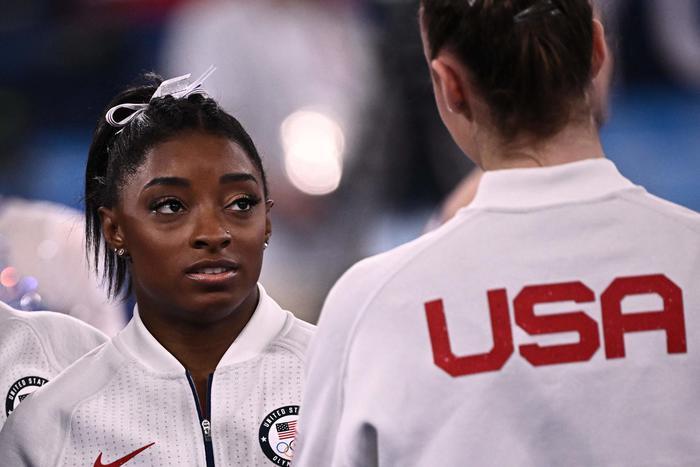 Ginnastica, Biles sostituita in team Usa durante la finale: 'Ho il peso del mondo sulle spalle'