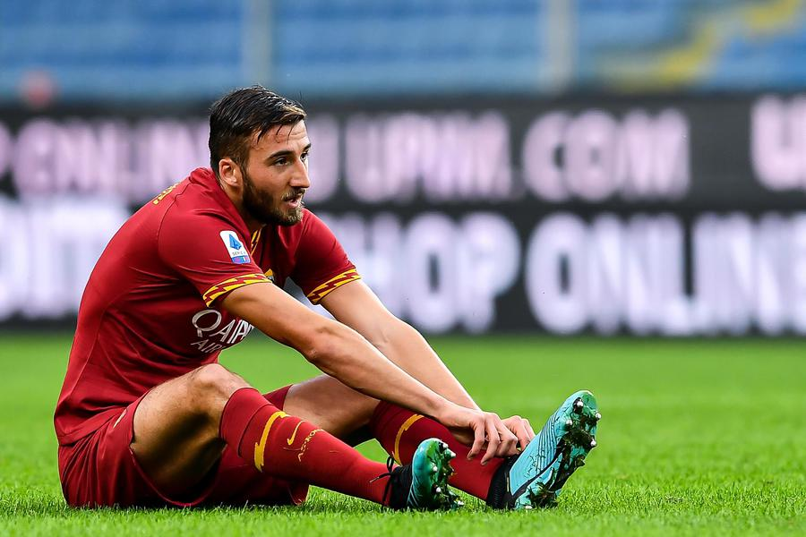 Romas Italian midfielder Bryan Cristante lays injured on the pitch during the Italian Serie A soccer match Uc Sampdoria vs As Roma at Luigi Ferraris Stadium in Genoa, Italy, 20 October 2019 © ANSA