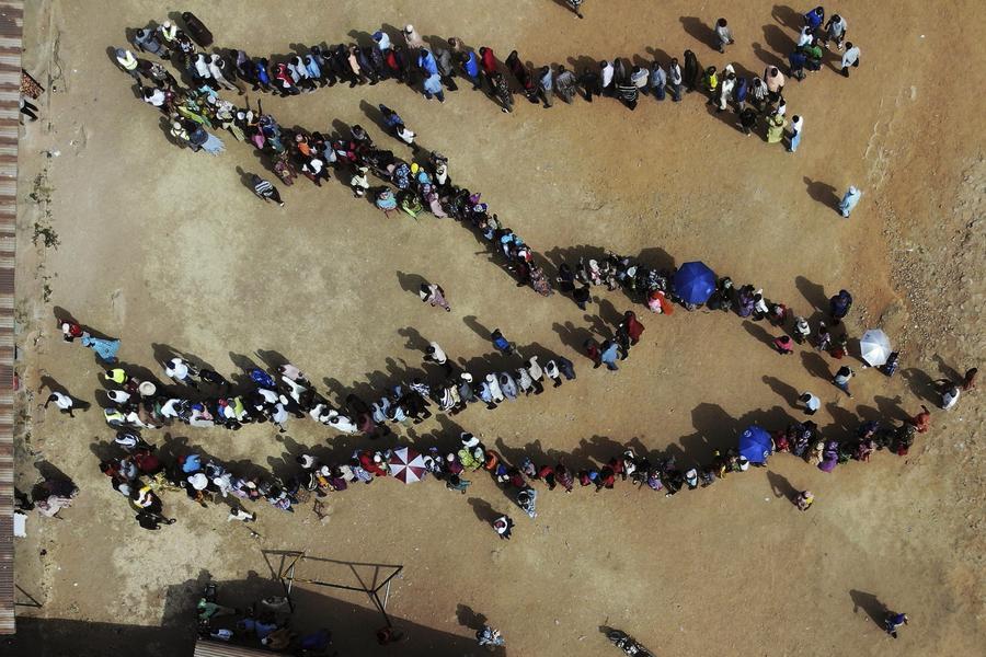 Nigeria al voto per le presidenziali, esplosioni nel nordest dimensione font +