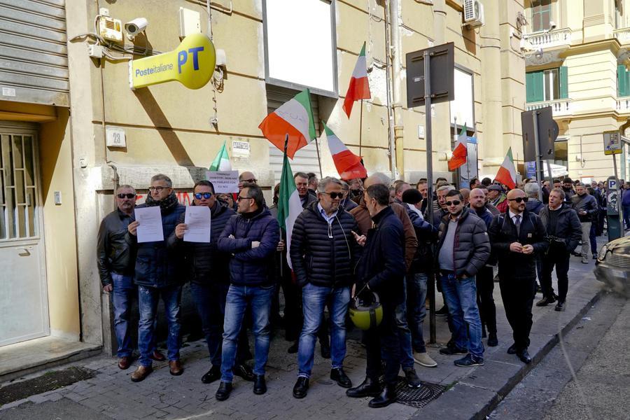 Reddito: fila autisti Ncc anche a Poste Napoli