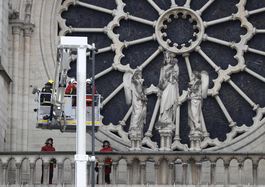 Media: ecco le possibili cause dell'incendio a Notre Dame