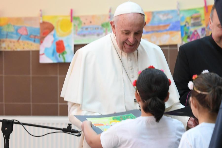 Papa in un campo profughi di Sofia:
