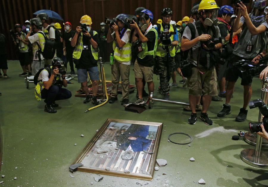 Hong Kong, proteste e scontri nel giorno dell'anniversario del ritorno alla Cina