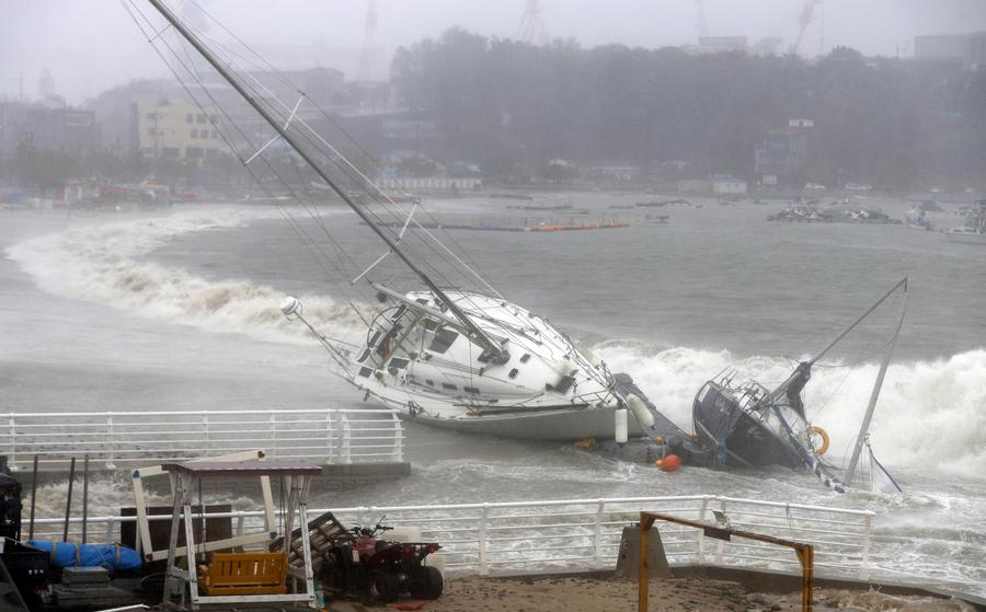 Typhoon Tapah approaches South Korea - epa07860385 A yacht is pushed to shore by strong tides in Ulsan, South Korea, 22 September 2019, as Typhoon Tapah approaches the country.  EPA/YONHAP SOUTH KOREA OUT © ANSA