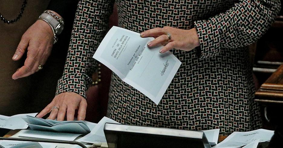 Una scheda bianca durante lo spoglio dei voti per il nuovo presidente della Repubblica in aula della Camera, Roma, 29 gennaio 2015. ANSA/ALESSANDRO DI MEO (ANSA)
