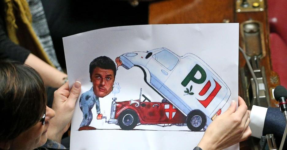 Un manifesto che fa ironia sul premier è apparso tra i banchi della Lega durante la seconda votazione Ansa/Alessandro Di Meo (ANSA)