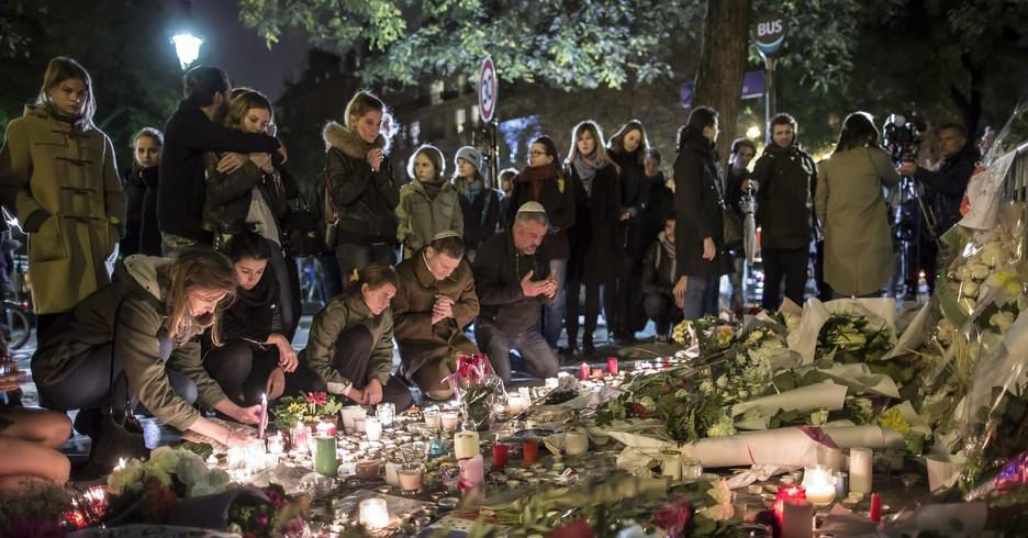 Preghiere per le vittime di Parigi (ANSA)