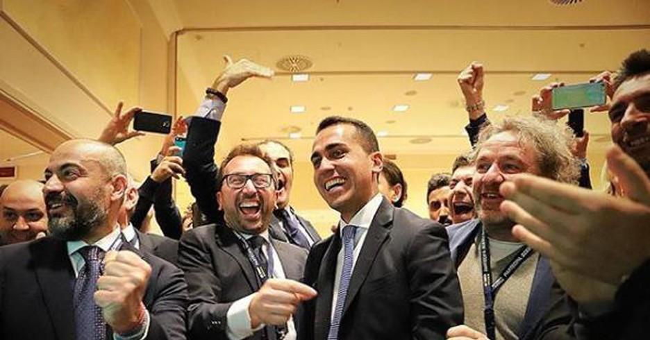 Luigi Di Maio esulta dopo aver visto le prime proiezioni sul Senato (ANSA)