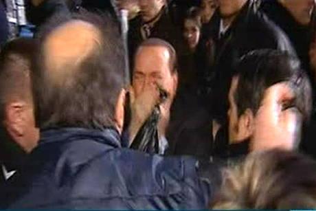 Сильвио Берлускони отправили в нокдаун ФОТО+ВИДЕО