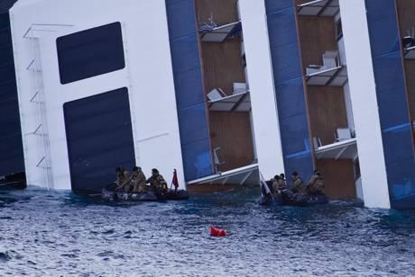 Nave costa aperti varchi con l 39 esplosivo photostory for Aprire piani moderni