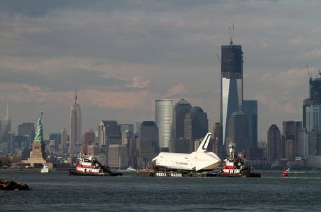Grognards shuttle passa new york su una chiatta - Portaerei new york ...