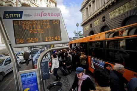 TRASPORTI: MANCANO SOLDI PER GASOLIO, BUS FERMI A NAPOLI