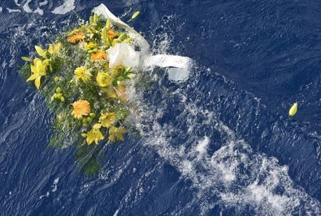Corteo barche porta fiori in luogo naufragio photostory primopiano - B b porta di mare ...