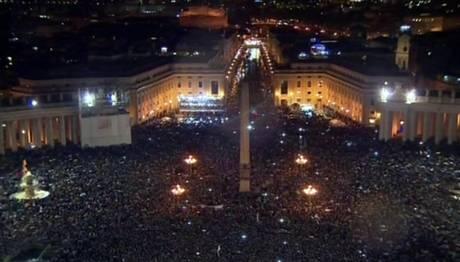 Folla in piazza per il nuovo papa