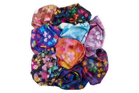 Cruciani C lancia i foulard - In seta, due misure, con gli stampati dei bracciali in macrame'