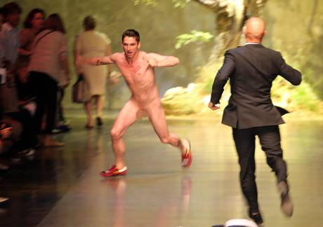Moda, corre nudo su passerella dopo la sfilata