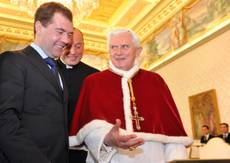 Pope, Medvedev talk religion, Mideast in landmark meeting