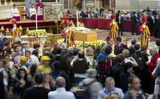 Thousands view pope's coffin after beatification