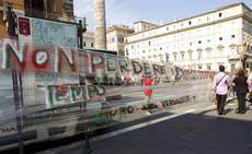 Roma: un muro in 'domopack', 'Premier vada a casa'