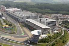 Lewis Hamilton da a Mercedes la primera posición en casa