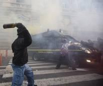 Scontri davanti al Ministero dell'Economia, bombe-carta contro i blindati